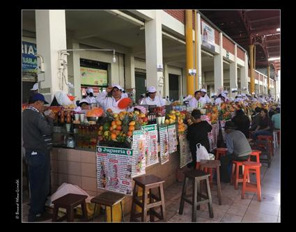 Arequipa - il Mercado, allée des jus de fruit le 6 novembre 2017