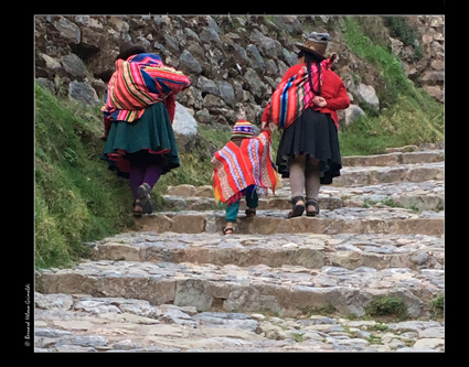 Cusco, fin de journée - retour de l_enfant-sujet de photos, le 10 novembre 2017